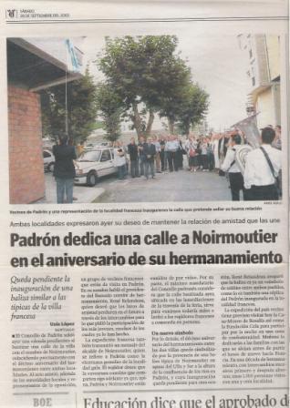 Cruz, aún con el discurso del alcalde de Noirmoutier que acababa de leer a los presentes en el acto, observa al alcande de Padrón descubriendo la placa de la calle